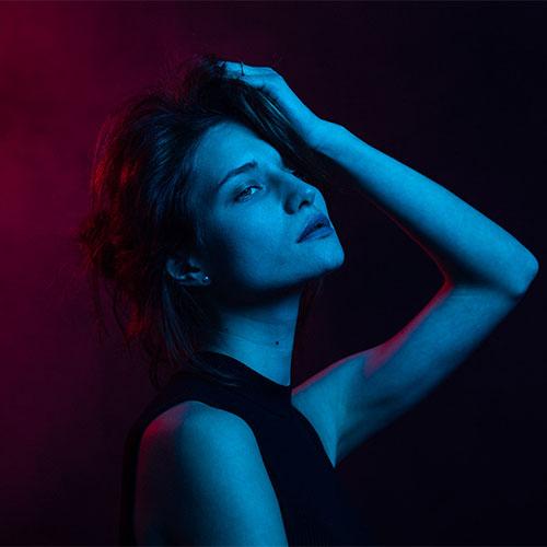 Portrait de femme en studio éclairage coloré