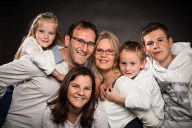 Séance photo famille en studio, parents enfants, Nicolas Ravinaud photographe à Périgueux, Dordogne